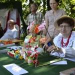Mama Jola Majorowicz i córka Honorata Majorowicz-Dahlke z tradycyjnymi ozdobami z papieru