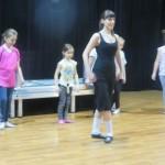grupa młodych tancerzy irlandzkich