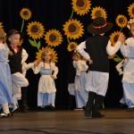 Dzieci z Publicznego Przedszkola Samorządowego Bajkowa Kraina w Zbiersku tańczą walcerka i wisieloka