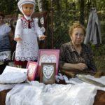 Stanisława Kowalska z haftami na tiulu i płótnie