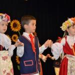 Szkoła Podstawowa nr 17 w Kaliszu - dzieci tańczą grozika, kozirajkę i trojaka
