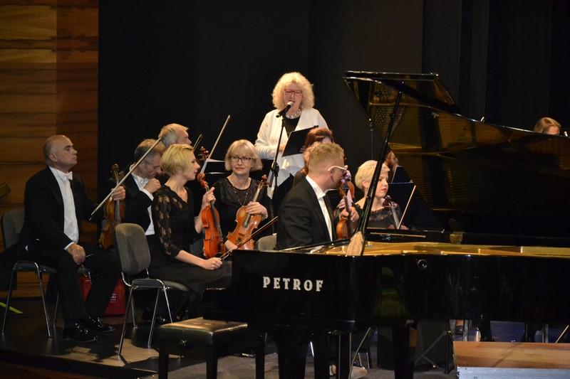 Piotr Sałajczyk z towarzyszeniem Orkiestry Symfonicznej Filharmonii Poznańskiej pod dyrekcją Łukasza Borowicza